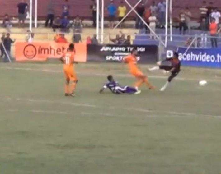 Πέθανε ποδοσφαιριστής από μαρκάρισμα τερματοφύλακα! (βίντεο)