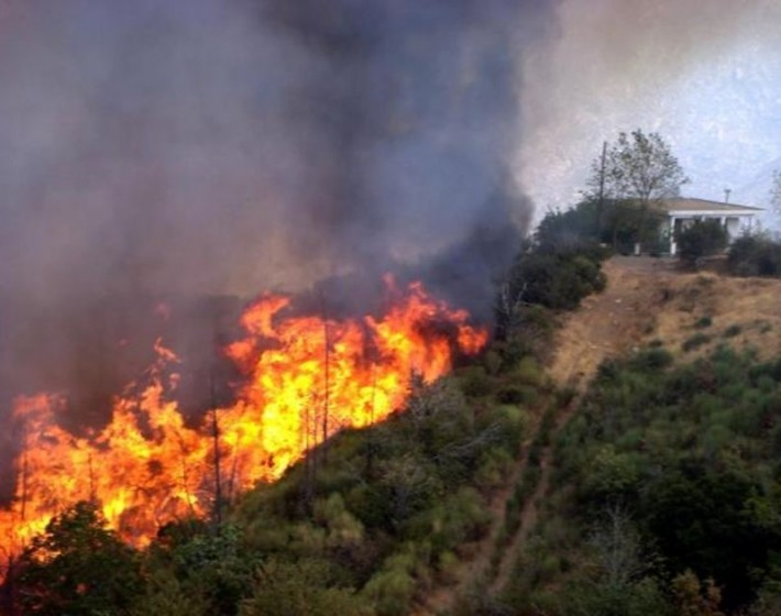 Χανιά – Ανεξέλεγκτη φωτιά στο Αμυγδαλοκεφάλι Κισάμου – Εκκενώνεται ο οικισμός Λιβάδεια