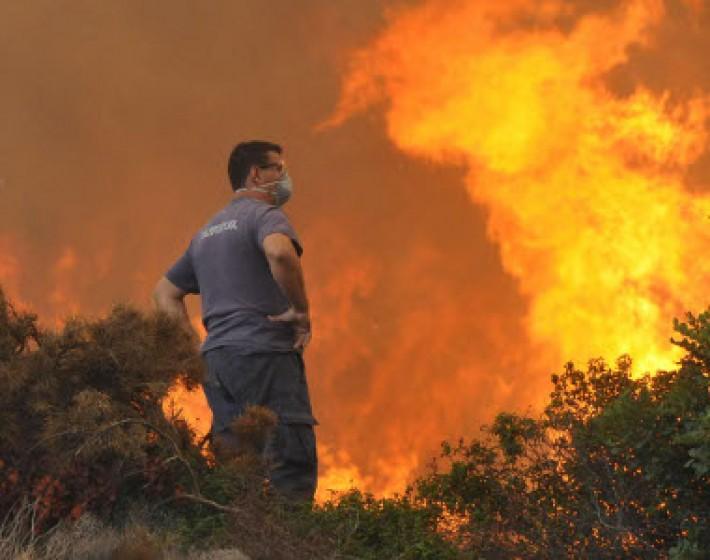 Φωτιά στο χωριό Λίσταρος στη Μεσαρά