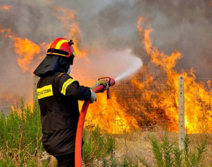 Μεγάλη φωτιά σε ορεινή περιοχή στο Αμάρι