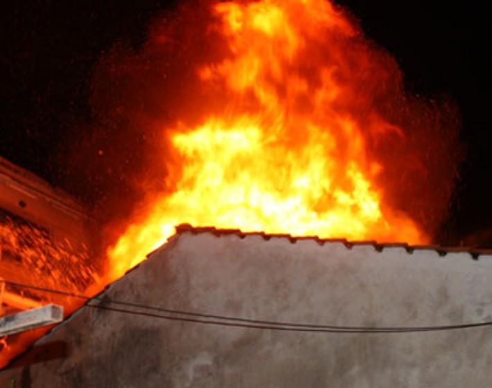 Χανιά: Εγκλωβίστηκαν απο την πυρκαγιά και βγήκαν στην ταράτσα να σωθούν