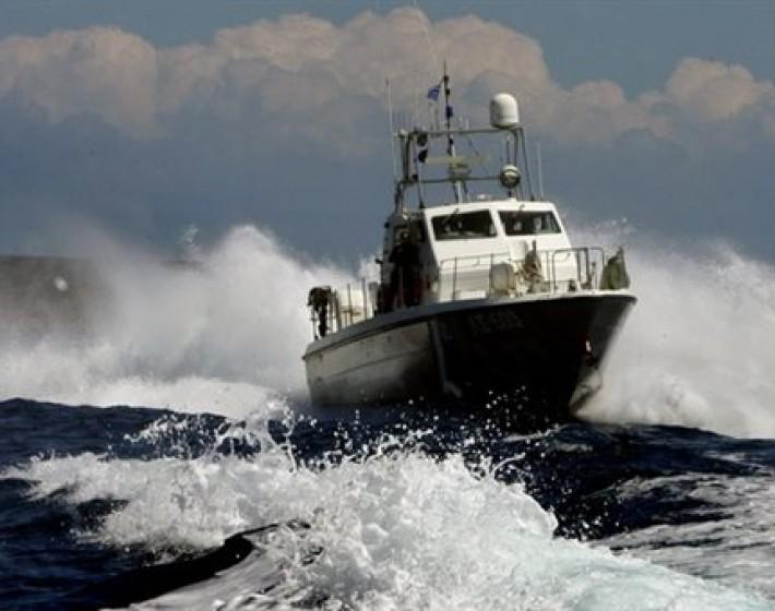 Εκατοντάδες μετανάστες στο φορτηγό πλοίο νοτιοανατολικά της Κρήτης – Επιχείρηση ρυμούλκησης