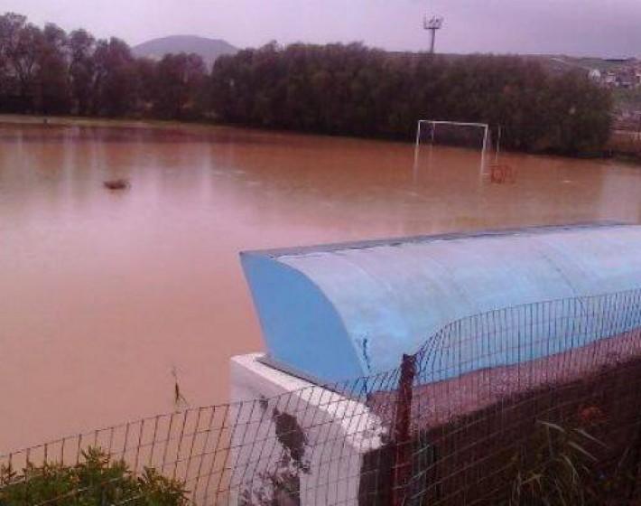 Λίμνη το γήπεδο της ΑΕΚ Κατσαμπά στον Καρτερό