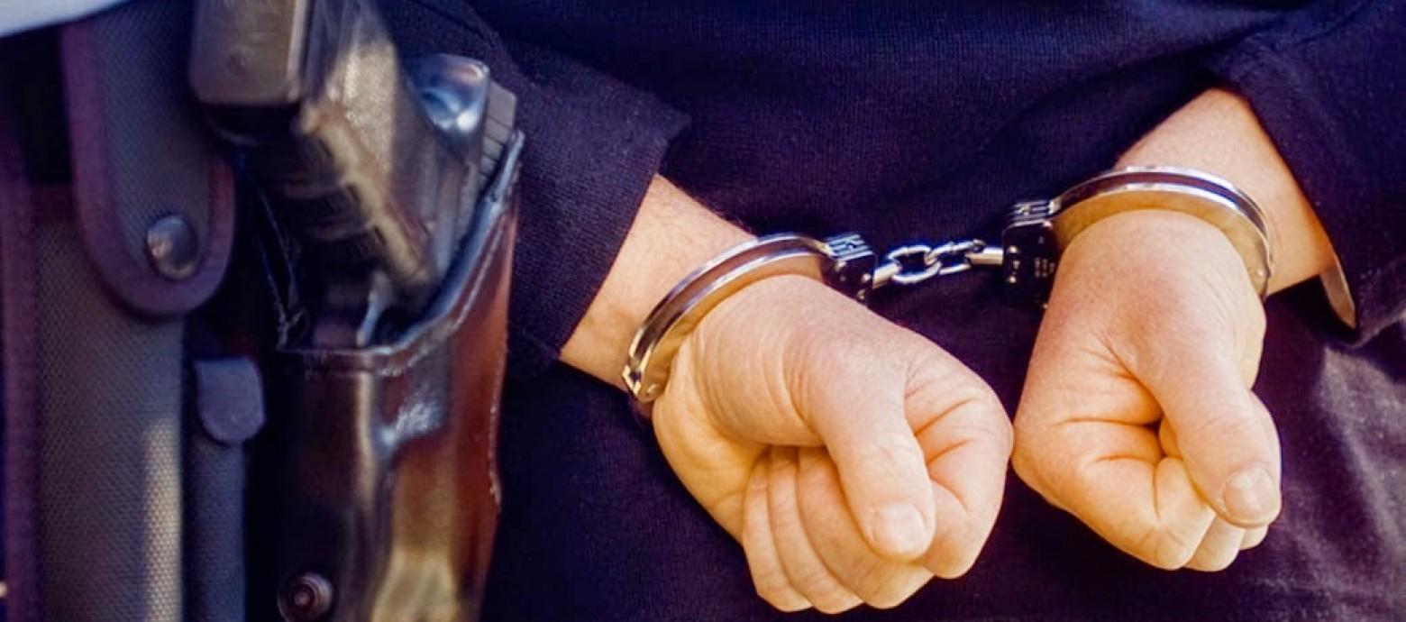 Συνελήφθησαν μεθυσμένοι να σπάνε αυτοκίνητα στην πλατεία Κορνάρου