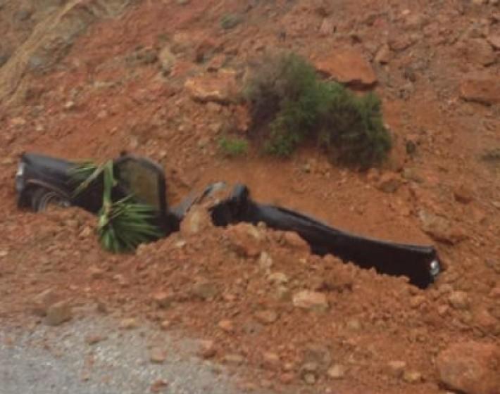 Βράχια και χώμα καταπλάκωσαν αυτοκίνητο στα Χανιά