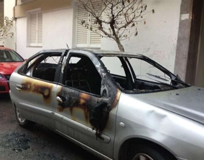Ηράκλειο:  Έβαλαν φωτιά σε αυτοκίνητο στη Θέρισο και εξαφανίστηκαν