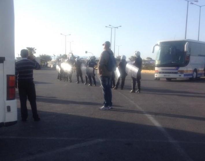ΜΑΤ και οδηγοί τουριστικών λεωφορείων στο Αεροδρόμιο Ηρακλείου