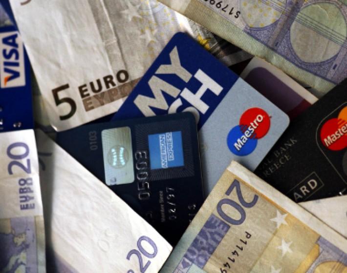 Τρία 3% κερδίζουν οι καταναλωτές με τη χρήση πιστωτικής κάρτας