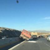 Ηράκλειο: Φορτηγό «καβάλησε»  το διαχωριστικό στην Εθνικη οδό