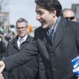 Ο Καναδός Πρωθυπουργός Κρατώντας Την Ελληνική Σημαία: «Χρόνια πολλά»! (Βίντεο)