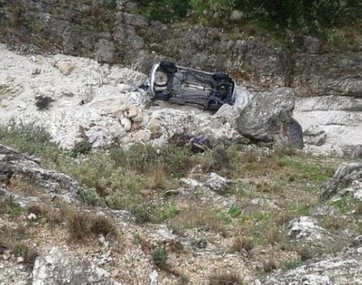 Έχασε τον έλεγχο του αυτοκινήτου και έκανε βουτιά σε γκρεμό 50 μέτρων!