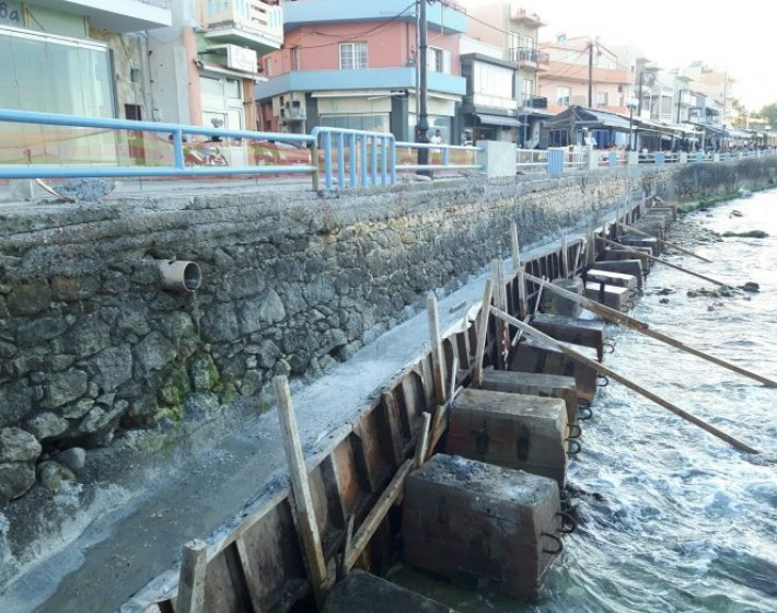 Χανιά: Η θάλασσα «τρώει» την παραλία του Κουμ Καπί