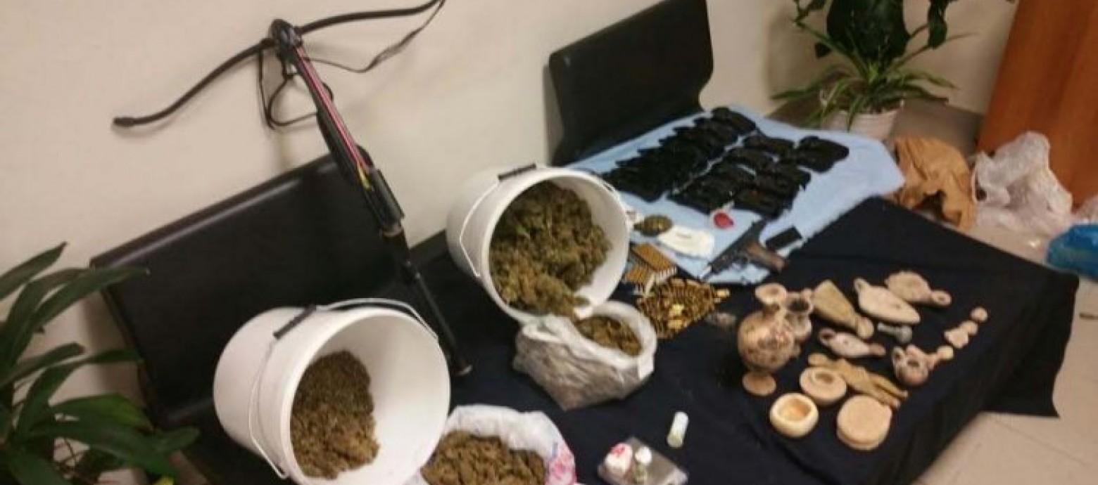 Συνελήφθη 51χρονος για ναρκωτικά , όπλα και αρχαία αντικείμενα
