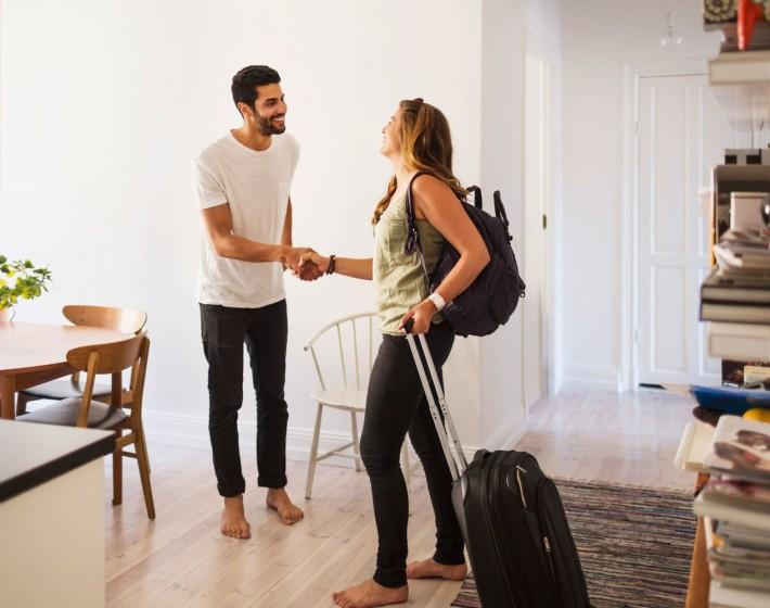 Airbnb: Δείτε πώς θα φορολογούνται τα εισοδήματα από ενοικιάσεις σπιτιών