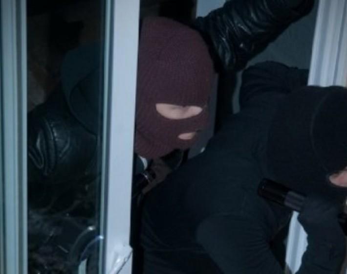 Άγνωστοι μπήκαν σε σπίτι και τραυμάτισαν με τσεκούρι τον ιδιοκτήτη
