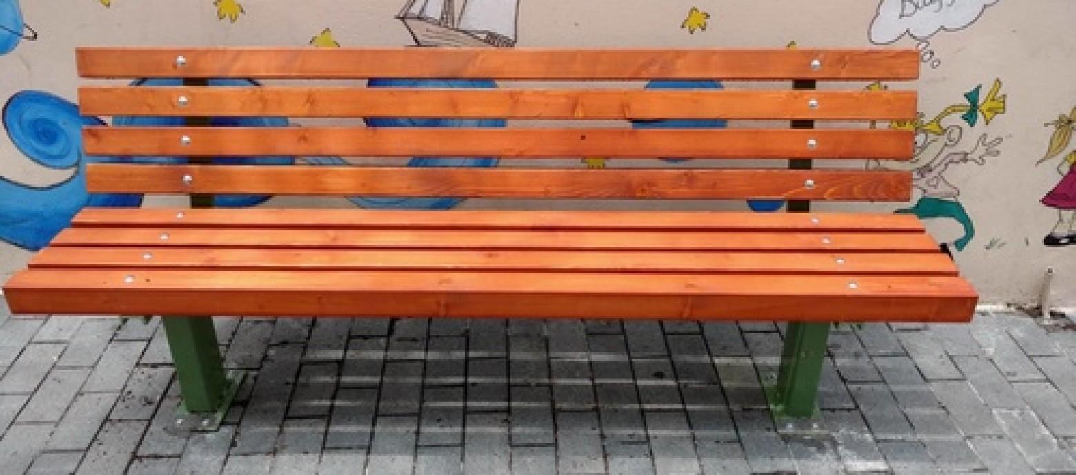 Ηράκλειο: Καινούργια παγκάκια σε σχολεία και στο κέντρο της πόλης