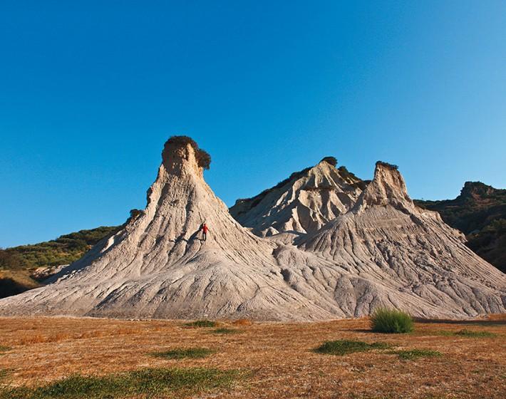 Οι εντυπωσιακοί πυραμιδωτοί κομόλιθοι της Κρήτης που θυμίζουν Καππαδοκία