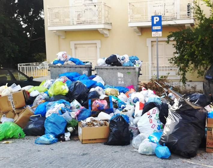 Οι εργαζόμενοι διεκδικούν – «Βουνά» σκουπιδιών γύρω από τους κάδους