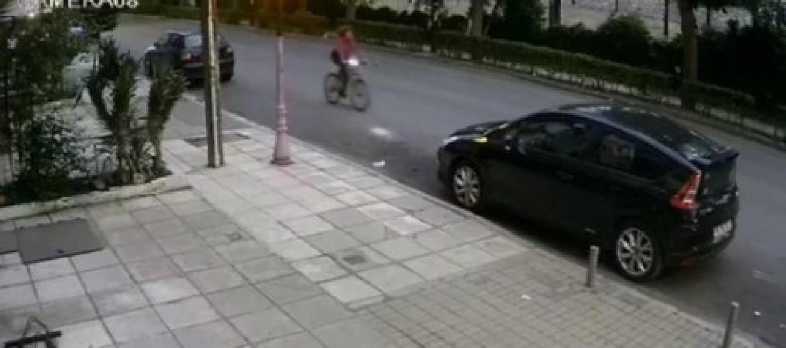 Μητέρα αναζητά τον οδηγό που παρέσυρε και εγκατέλειψε την κόρη της(video)