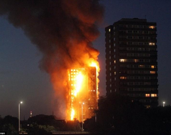 Λονδίνο: Καίγεται κτίριο 27 ορόφων