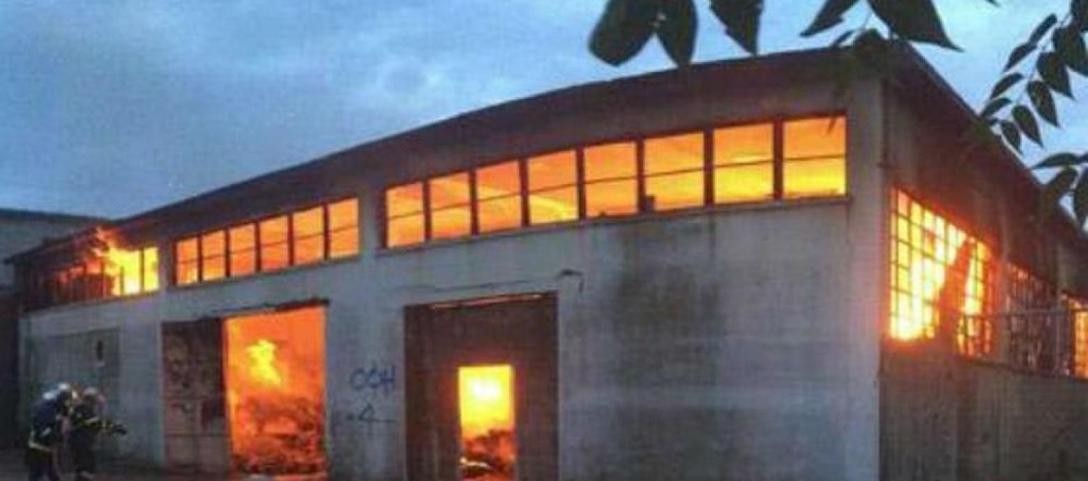 Μεγάλη φωτιά σε παλιό εμφιαλωτήριο στις Αρχάνες
