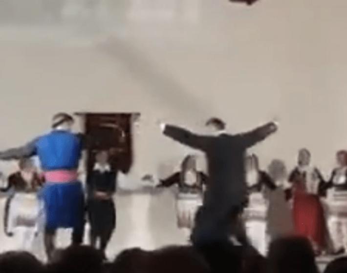 Το εκπληκτικό χορευτικό σόλο του παπα Νικόλα που αποθεώθηκε (video)