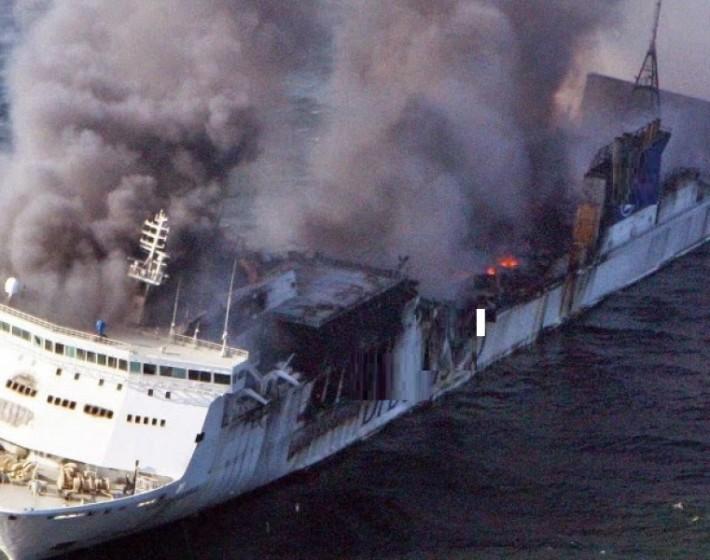 ΜΕΓΑΛΗ ΦΩΤΙΑ σε πλοίο κοντά στη Ρόδο – «Πηδάνε» στη θάλασσα για να σωθούν
