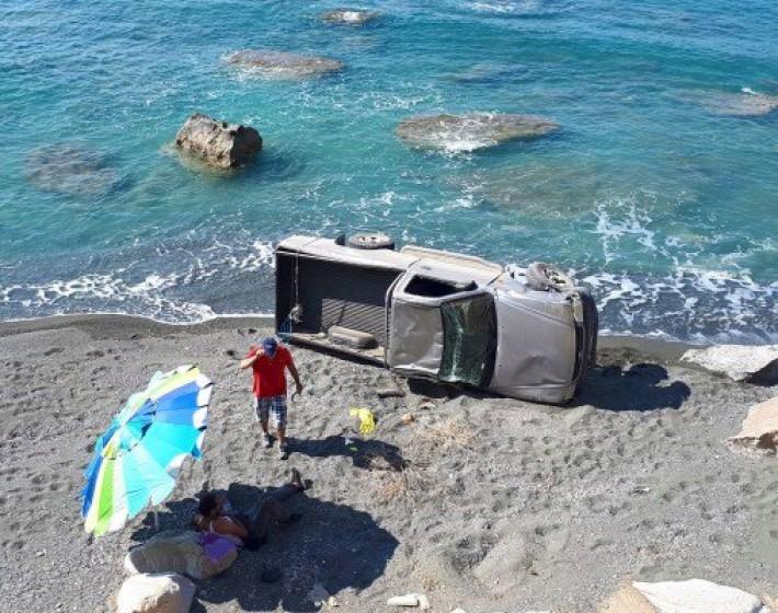 «Βουτιά» κυριολεκτικά έκανε αυτοκίνητο στην παραλία των Τερτσών στην Κρήτη