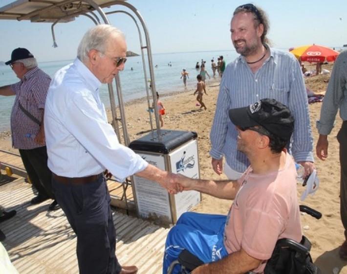 Ενημέρωση των ΑμεΑ για την συσκευή αυτόνομης πρόσβασης στην θάλασσα στην δημοτική Ακτή Καρτερού