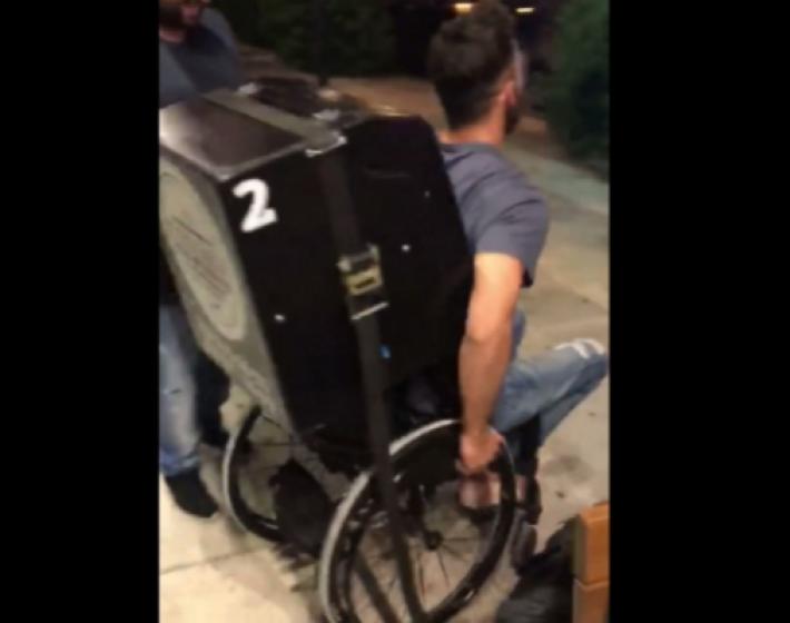 Ο Τσαπατάκης το τερμάτισε: Κάνει τον ντελιβερά με αμαξίδιο ΑμεΑ ..(video)