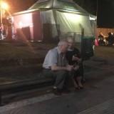 Αγάπη είναι αυτοί οι ηλικιωμένοι που τάιζαν ο ένας τον άλλο παγωτό ξυλάκι σε ένα παγκάκι στο Γέρακα