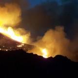Σκληρή μάχη με τις φλόγες κατά την διάρκεια τη νύχτας στο Σφηνάρι Κισάμου